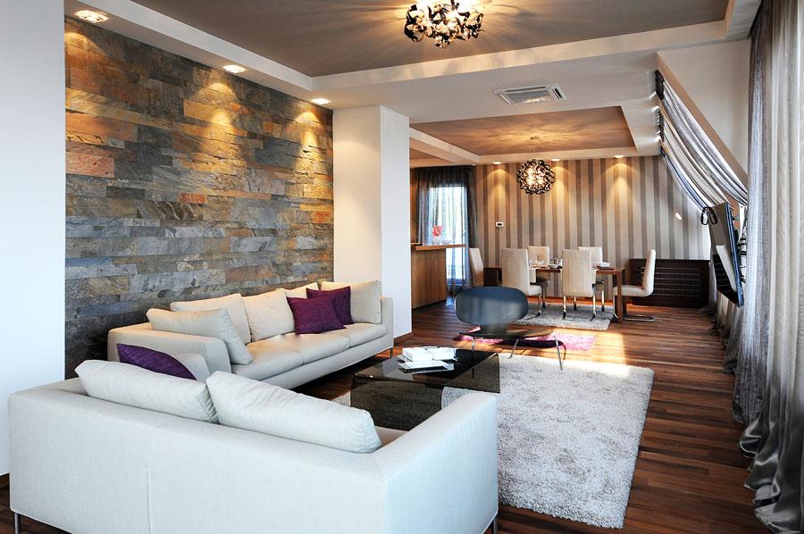 Интерьер гостиной с камнем и обоями