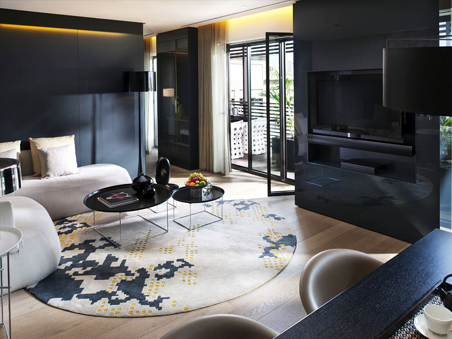 Современная гостиная с темной мебелью