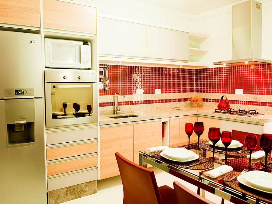 Яркие акценты на кухне 9 метров