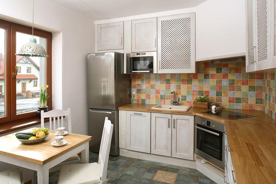 Яркие нотки в девятиметровой кухне