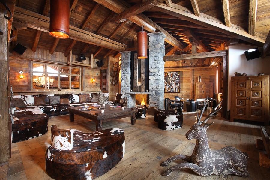 Гостиная в стиле шале - дерево и камень