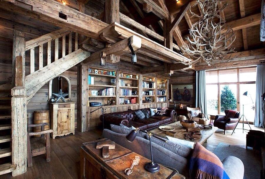 Интерьер гостиной загородного дома в стиле шале